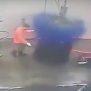 【海外・動画】洗車機の中を清掃していた係員が洗車機に巻き込まれる。回転ブラシには気を付けよう。