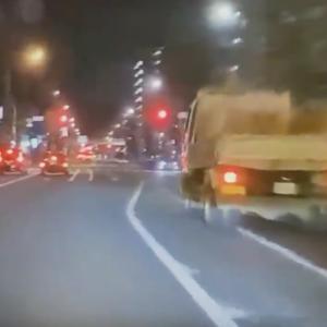 【国内ニュース】ダンプカーによる危険運転、撮影者に絡んでくる恐ろしい様子が公開される。