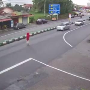 【海外・動画】これはひどい。無理に道路を横断した人のせいで多重事故が発生する様子。