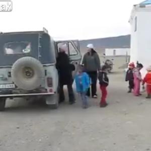 【海外・動画】モンゴルのスクールバスから驚くような数の子供が出てくる様子