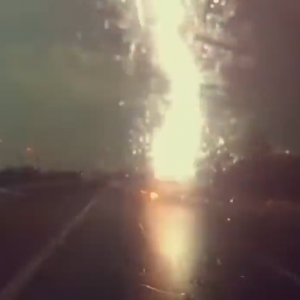 【動画ニュース】強烈な落雷!撮影者の前を走るトラックに強い雷が落ちる。ドラレコ動画が話題に。