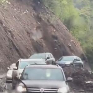 【海外ニュース】土砂崩れ寸前の道を通っていく車たち。その後崖が崩落。動画が公開。
