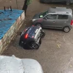 【海外ニュース】怖ッ..。駐車場にできた穴に車が吸い込まれる。けが人なし。原因は…