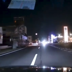 【国内ニュース】前方から迫るヘッドライト。恐怖の逆走バイクが撮影される。