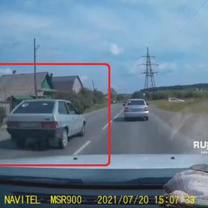 【海外ニュース】無謀運転から急ブレーキでスリップ。路肩に突っ込む車。