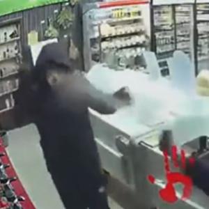 【海外ニュース】ロシアの店で強盗を試みた男。店員と客からボコボコにされる。