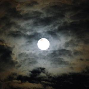 雲の中の中秋の名月