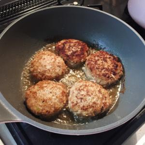 【男の簡単料理】余った餃子のたねでハンバーグを作ってみた