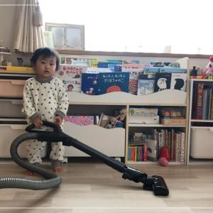 1歳児 掃除のお手伝い