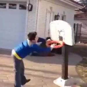 面白動画:バスケットのシュートが決まらない子供がキレてゴールを蹴とばしたら反撃を喰らう