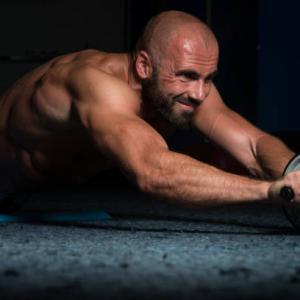背筋を効果的に鍛える腹筋ローラーメニュー5選|腹筋ローラーでも可能!