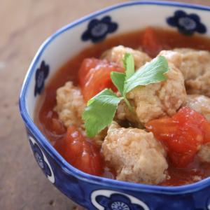鶏ひき肉の主菜 ふわふわな鶏つくねのトマトあんかけ