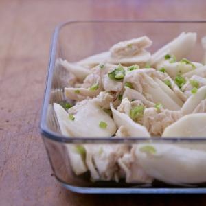 ヘルシーでタンパク源になる簡単カブとささみのサラダ