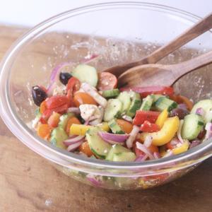 夏野菜が美味しくなる、カラフルなグリークサラダ