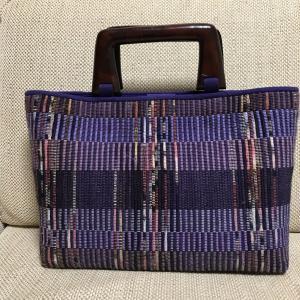 素敵な持ち手の、樹絲布の裂き織りバッグ