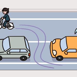 No.130 【危険運転】車の間をすり抜ける自転車のイラスト