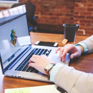【在学生が暴露】WEBデザインを学ぶには高額な学費を払ってスクールへ通うべき?