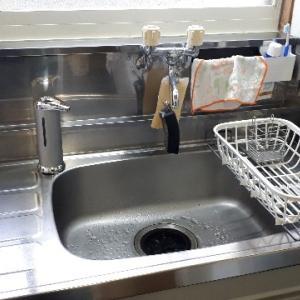 水切りかごから手ぬぐい2枚。ミニマリストのキッチン!?