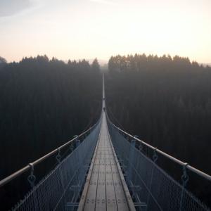 吊り橋効果を使って気になる相手をドキドキさせる方法