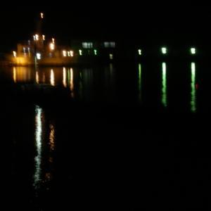 港の灯火‥。
