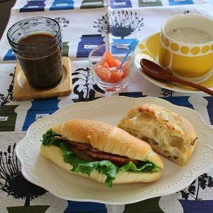 塩パンサンドと淡路の玉ねぎパンのランチ☆クラムチャウダー