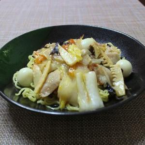 野菜を食べる中華のあんかけ焼きそば