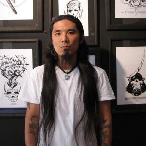 モノクロの世界観・カリグラフィなどで注目を集めるアーティスト「USUGROW」