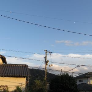青空に月を見る/019/10/6 17:25の広島の空の風景/