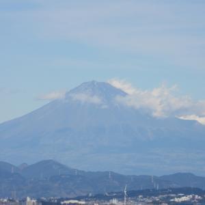 富士山と重量物運搬船