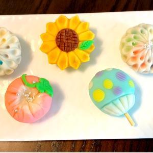 夏の創作和菓子「団扇と花火と水ヨーヨー、お花はひまわりと朝顔」