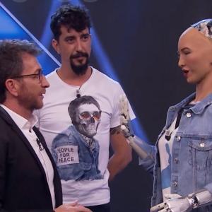 「市民権を持つ最初のロボット、ソフィア」とライブニュース