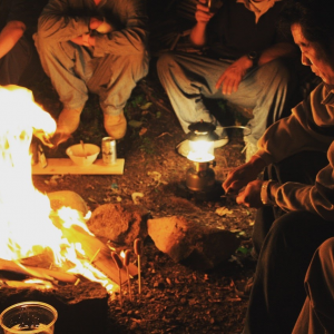 野営キャンプ・焚き火を囲む