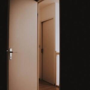 別居した男がドアを引っ張る