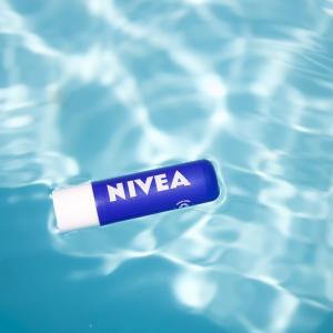 ハトムギ化粧水にニベアを混ぜるとシミ消える?白くなる?40代50代に人気のワケとは?