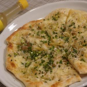 「レモスコ」で決まる!モチモチのナンで「しらすチーズピザ」