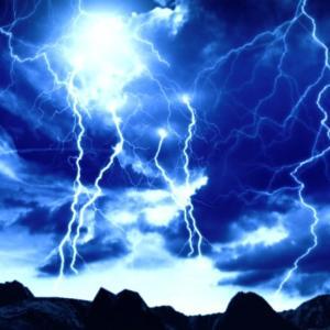 スサノオの雷を放つ白龍、君の名は…