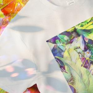 a-538 草葉の陰から出光 Light comes from the shade of the bush Tシャツ