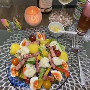 大盛りニース風サラダと、芽キャベツとベーコンのパスタ