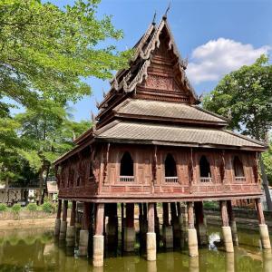巨大船と水上の経蔵とインド式ピラミッドのお寺(ウボンラーチャターニー)