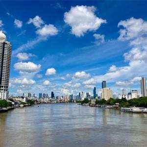 青空と白い雲とチャオプラヤー川と汗だくの私