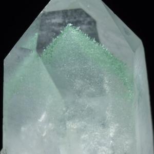 水晶の中に緑色の雲母まとった水晶が