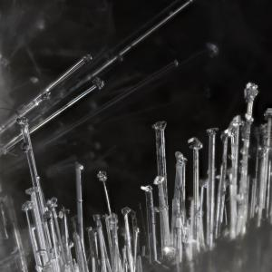 針状モルデン沸石の先端に輝沸石