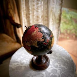 地球の中の、わが家の世界。わが家の世界の中の、地球。