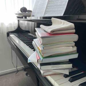 ピアノは何で弾く?