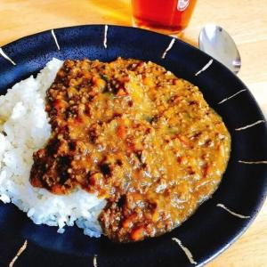 鍋いっぱい作りたくなる「野菜たっぷりキーマカレー」レシピ。美味しくなる隠し味。