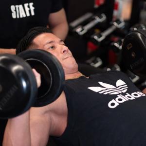 胸トレのダンベルと自重トレーニングの長所と短所比較