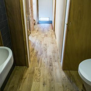 1階のトイレは通り抜けられる廊下で座ると両側も前も扉