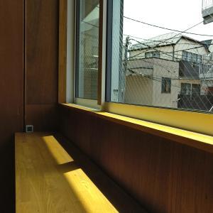 南窓しくじり改修①黒い網戸は景色の見え方がキレイなだけではなく熱を吸収して日射遮蔽も少ししている
