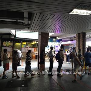 <香港>雨の香港 とうとう廃刊 人々の長い列