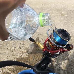 メバリングやアジングで使ったロッドやリール、ルアーを現場ですぐに水洗い。この外での一手間が、手入れを格段楽に